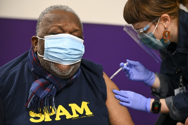 AARON LAVINSKY • aaron.lavinsky@startribune.com M Health Fairview nurse Nicole Parr recently administered a dose of COVID-19 vaccine to retired Carl