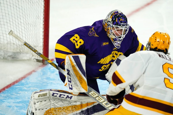 Minnesota State goalie Dryden McKay stopped a shot by the Gophers' Sammy Walker during the NCAA West Regional final.