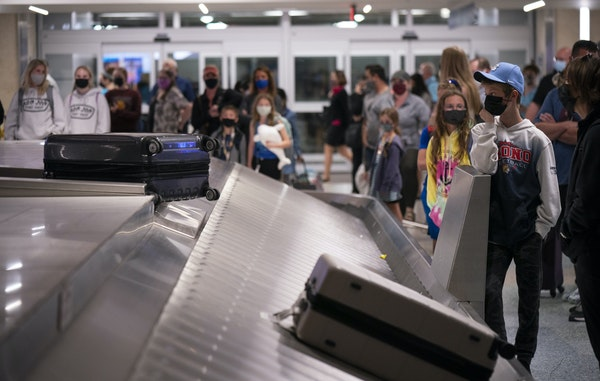 Passengers arriving from Florida waited for their bags at MSP Airport Sunday night.     ] JEFF WHEELER • jeff.wheeler@startribune.com  Though the ai
