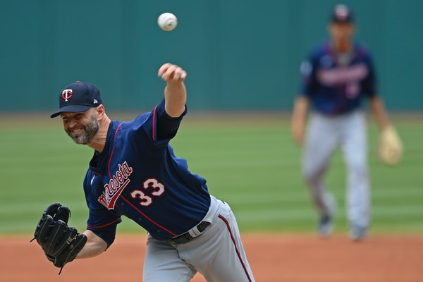 Twins starter Happ feeds off energy of early run support