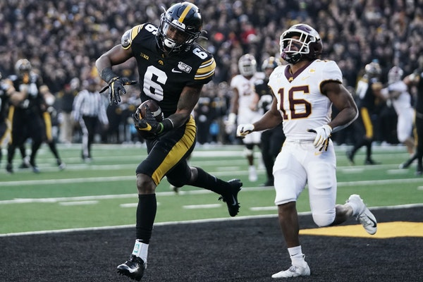 Ihmir Smith-Marsette (6) scored a touchdown against the Gophers in 2019.