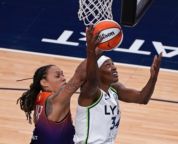 Lynx center Sylvia Fowles shot the ball as Mercury center Brittney Griner defended Friday.