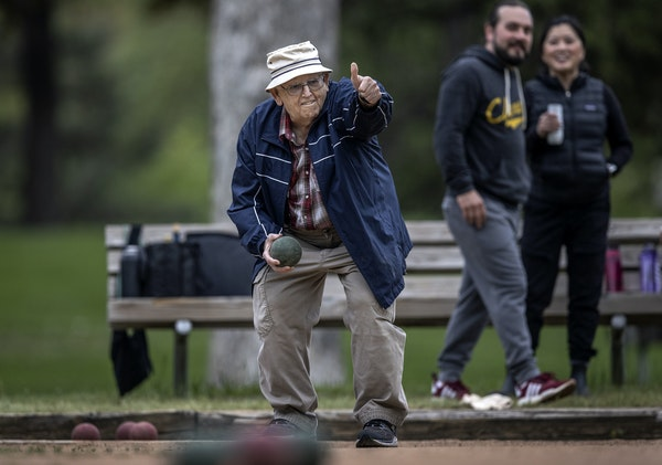 Clifford Jacobson gave a thumbs up before rolling his ball down the court in the Northeast Bocce League play at Beltrami Park. ]  Jerry Holt •Jerry.