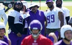 Vikings assistant head coach Andre Patterson talks with defensive linemen Sheldon Richardson (9) and Danielle Hunter (99) at Tuesday's minicamp.