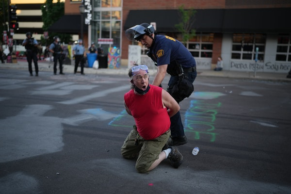 Minneapolis police descended on the blocklong stretch of W. Lake Street in Uptown just before sunset Tuesday night to dismantle the barricades erected