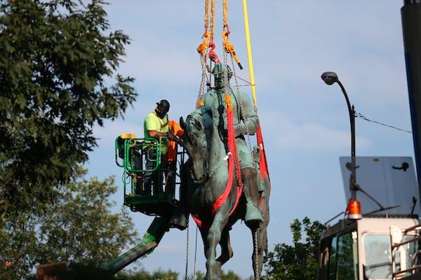Charlottesville removes Robert E. Lee statue