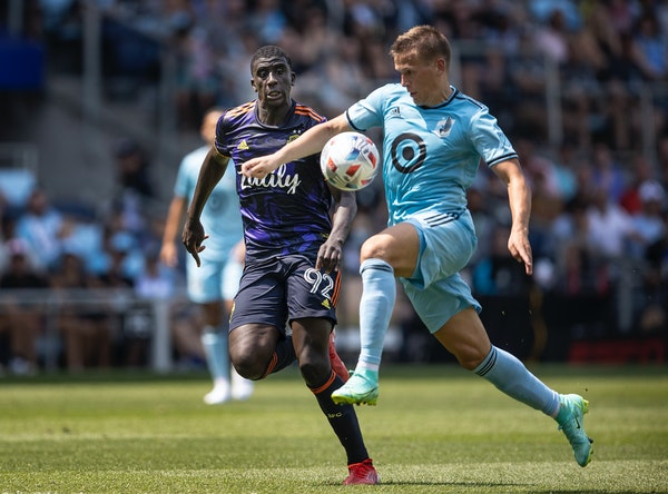 Minnesota United midfielder Robin Lod, right, pushed the ball towards the net over Seattle defender Abdoulaye Cissoko on Sunday.