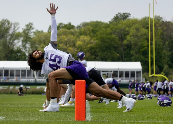 Vikings linebacker Troy Dye and his teammates stretched during the first day of training camp.