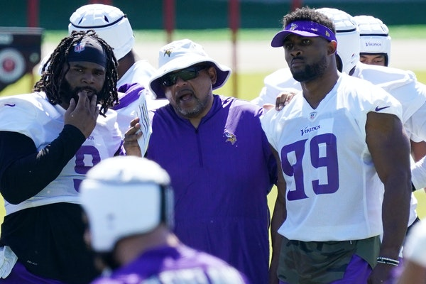 Vikings assistant head coach Andre Patterson talks to defensive tackle Sheldon Richardson, left, and defensive end Danielle Hunter at minicamp in June