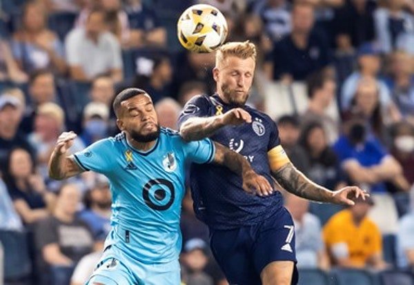 Sporting Kansas City forward Johnny Russell (7) and Minnesota United defender D.J. Taylor battled for a ball on Wednesday.