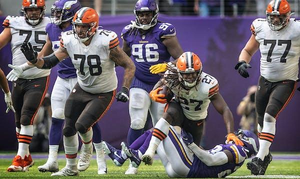 Browns running back Kareem Hunt (27) helped Cleveland control the clock.